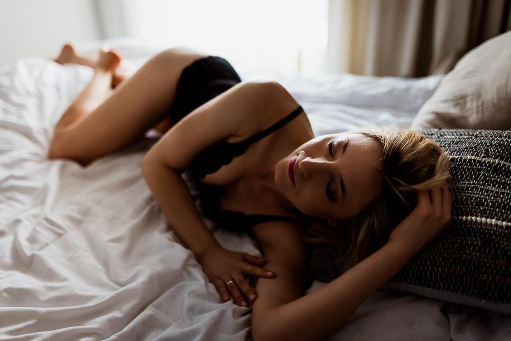 sensualna kobieta na łóżku