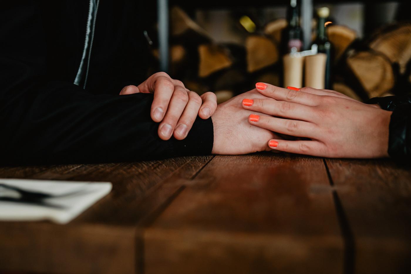 dłonie na drewnianym blacie