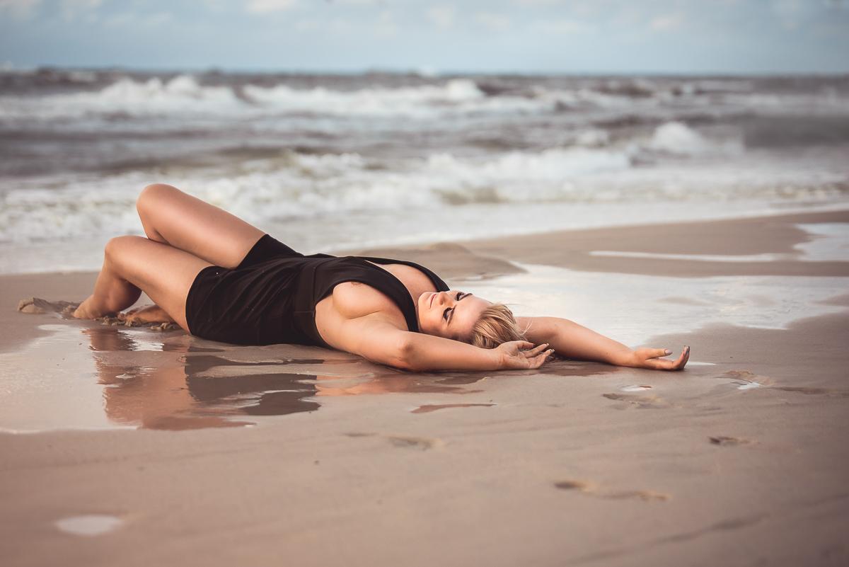 kobieca sesja zdjęciowa na piasku i w wodzie Trójmiasto
