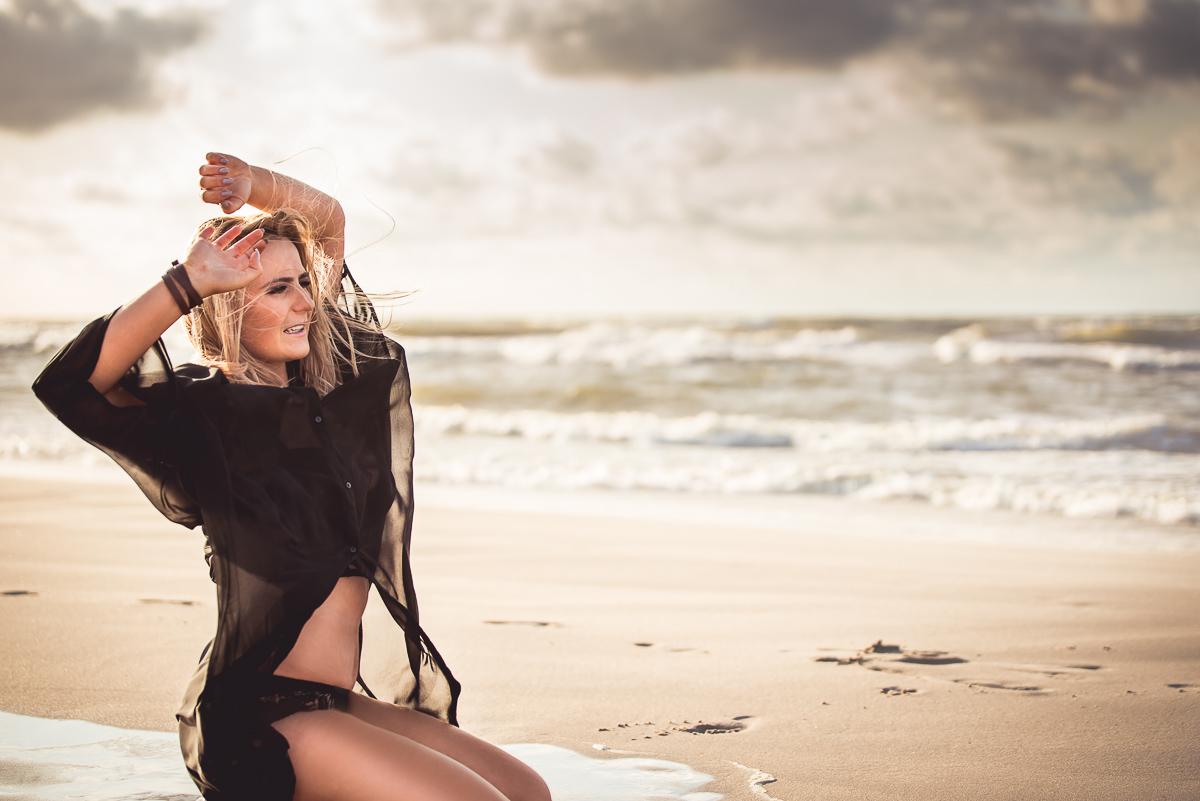zmysłowa sesja dla Pań na plaży przy zachodzie słońca