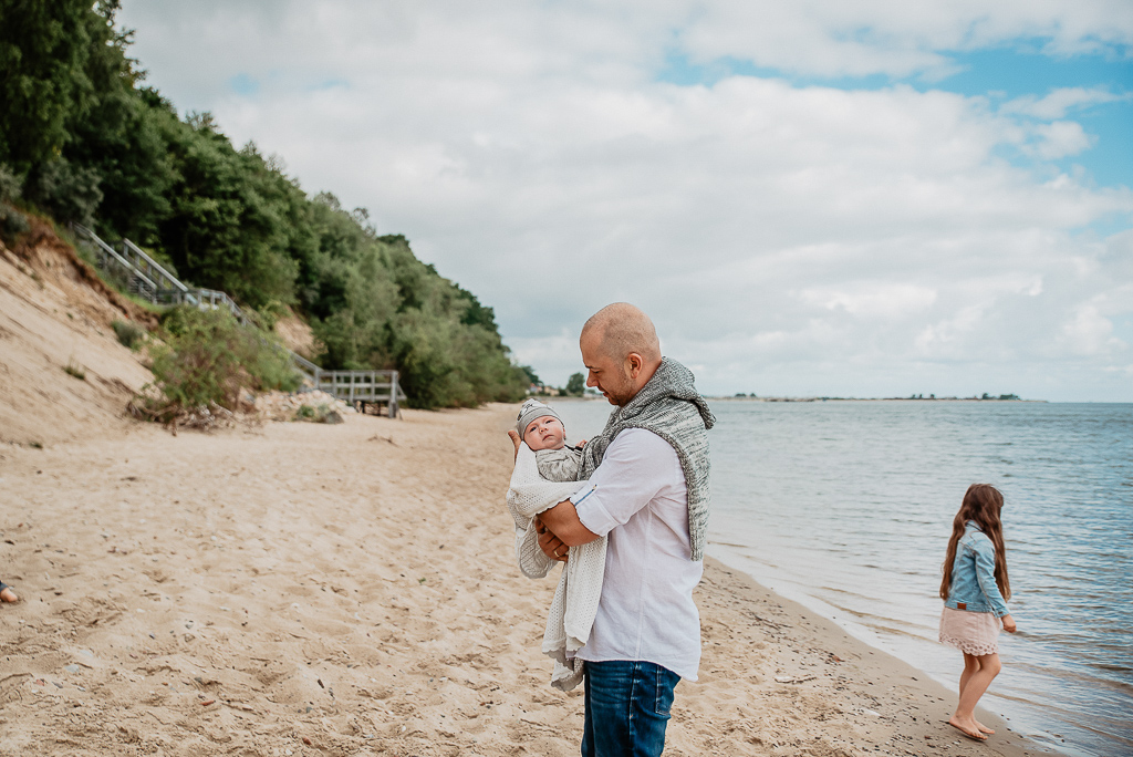 tata tuli najmłodsze dziecko na sesji nad morzem