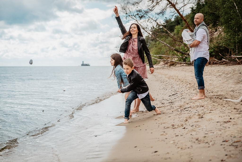 dobra zabawa naturalna sesja zdjęciowa na plaży z rodziną
