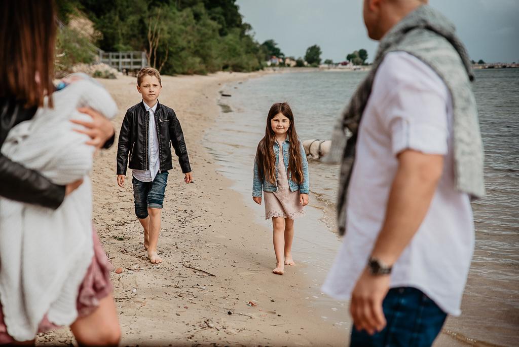 sesja zdjeciowa dzieci i rodzice na plaży latem
