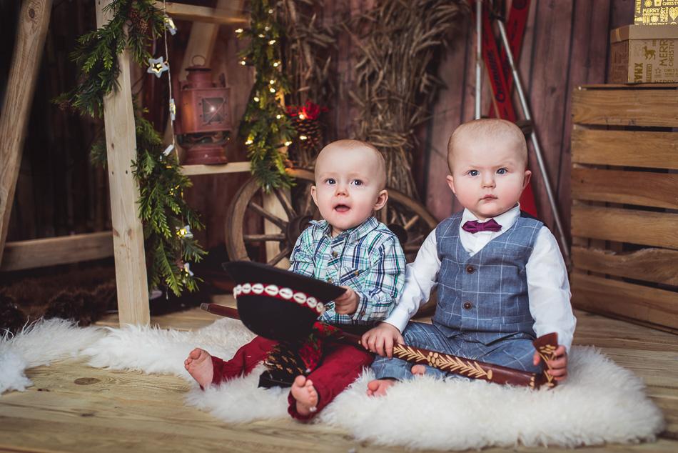 mali chłopcy na minisesji świątecznej w studio Reda Anita talaśka