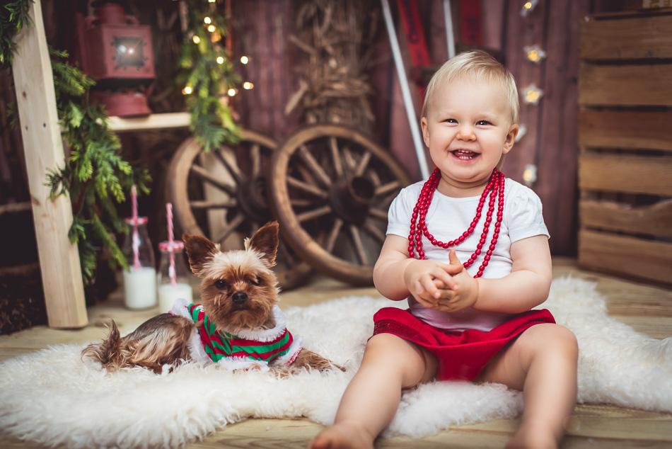mini sesja boże narodzenie święta dziecko i piesek zdjęcie góralskie