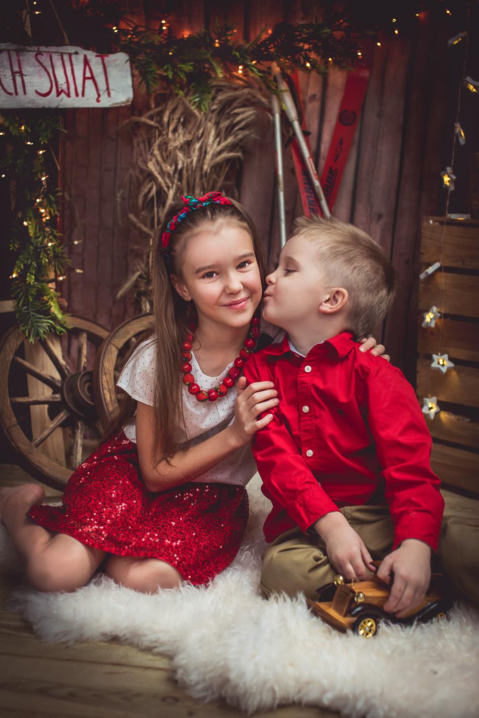 sesja świąteczna w stylu góralskim rodzeństwo się przytula