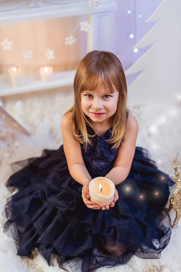 dziewczynka ze świecą mini sesja świąteczna zimowa Gdynia w studio