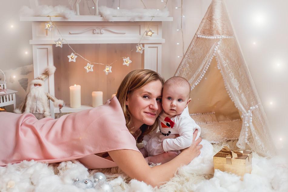 mini sesja boże narodzenie święta na tle kominka mama z córką Trójmiasto Gdynia studio