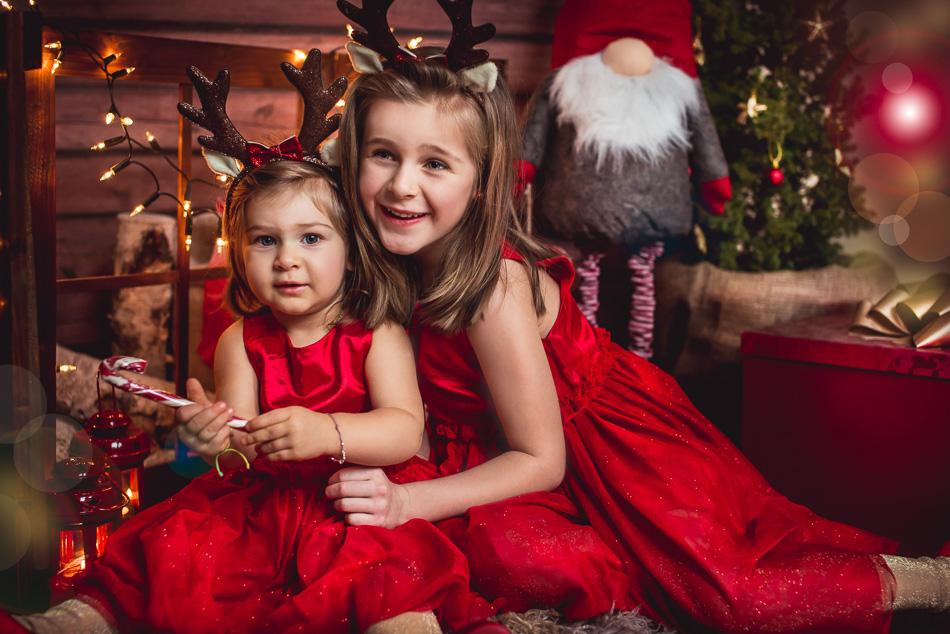 dziewczynki siostry przytulają sie sesja świąteczna mini Reda Gdynia