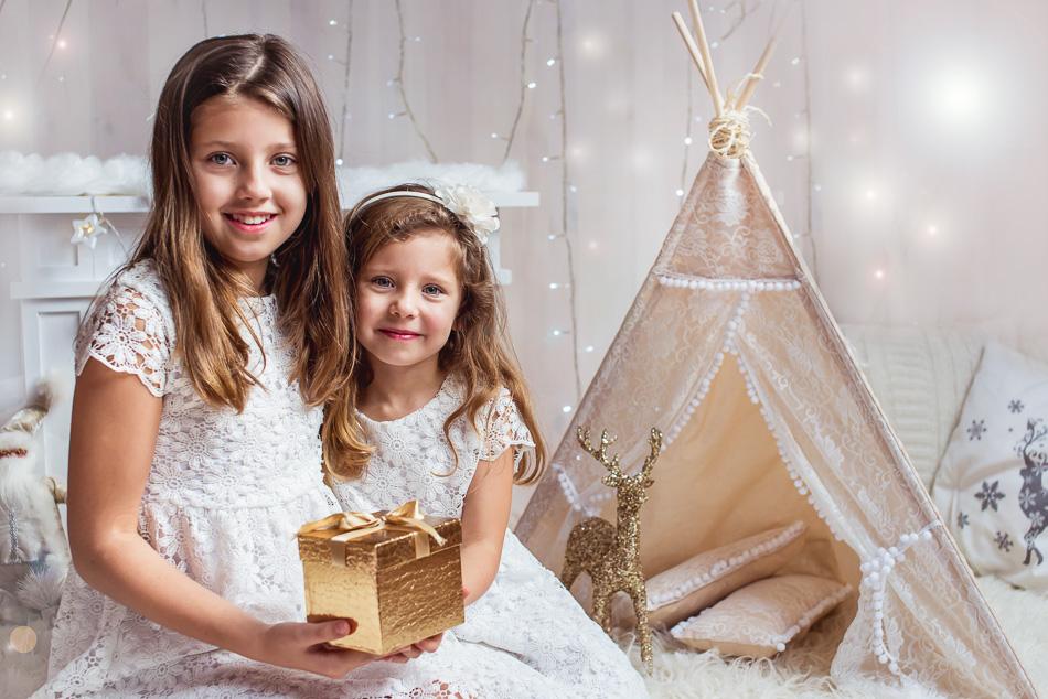 mini sesja boże narodzenie święta rodzeństwo siostry trzymają prezent