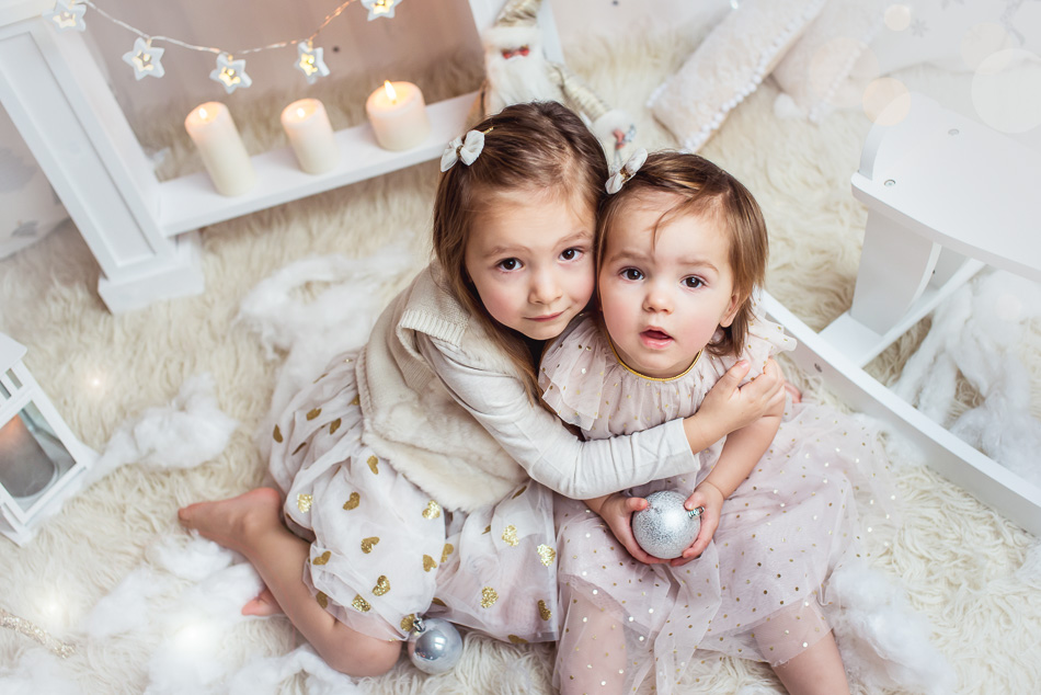 siostry przytulają sie sesja mini świąteczna w studiu w Redzie