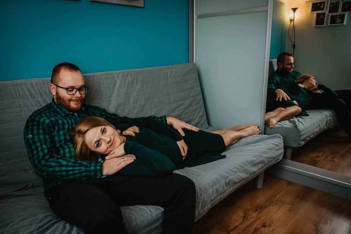 fotografie ciążowe w domu na łóżku
