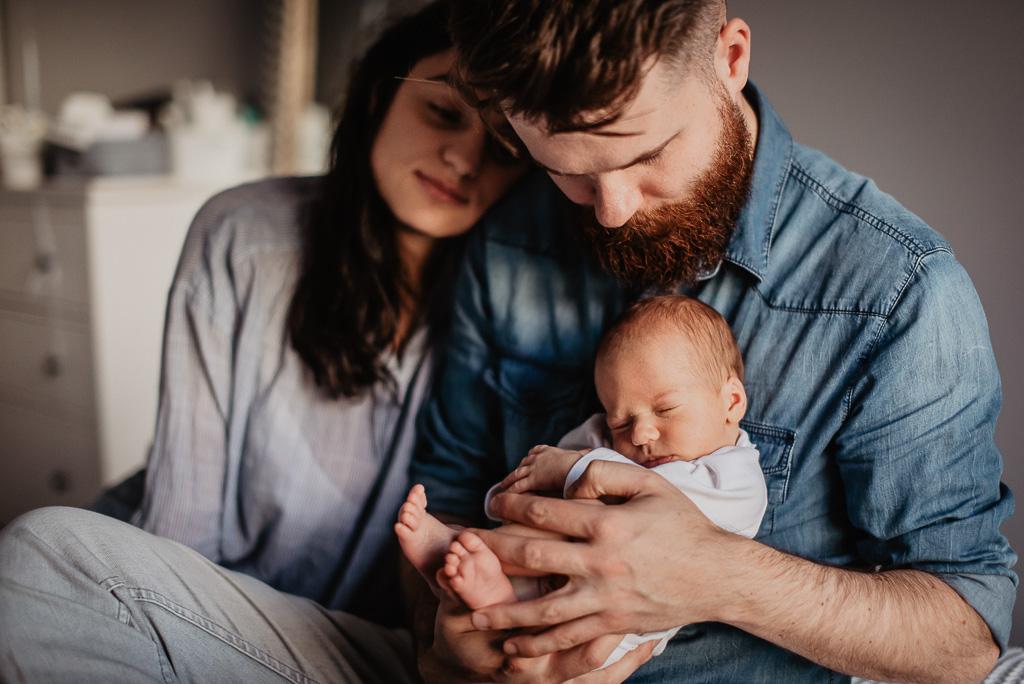 noworodek w objęciach rodziców naturalna sesja Trójmiasto