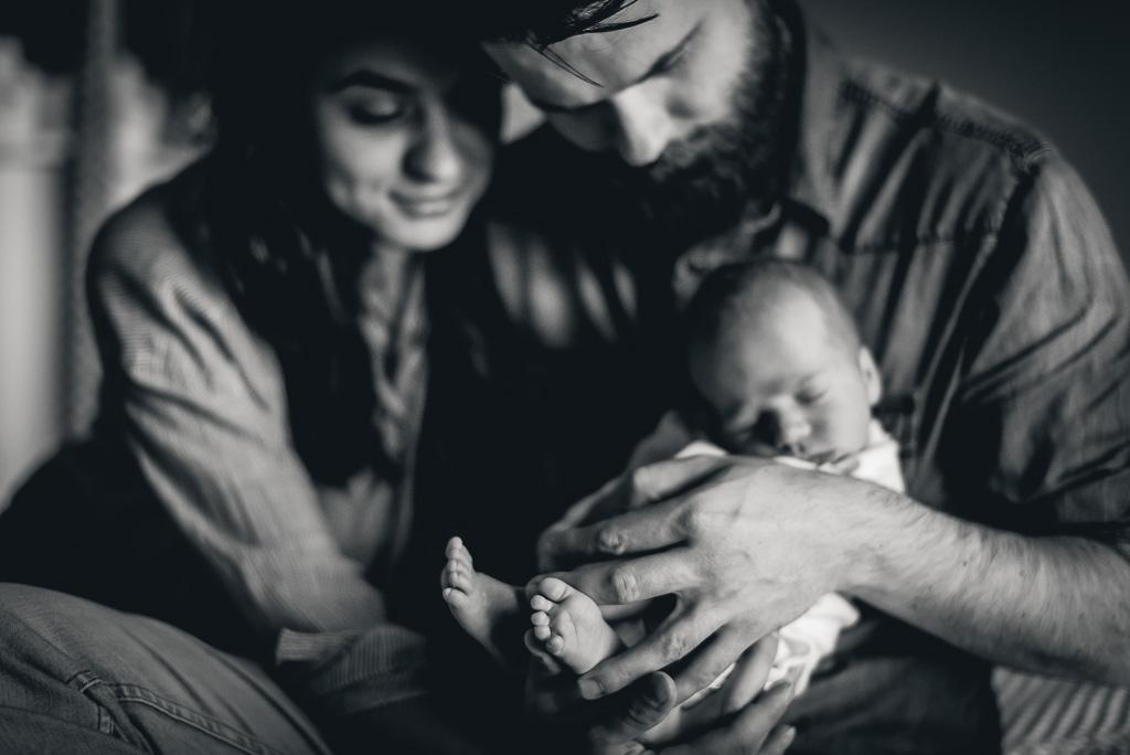 noworodek w objęciach rodziców najlepszy fotograf noworodkowy Trójmiasto