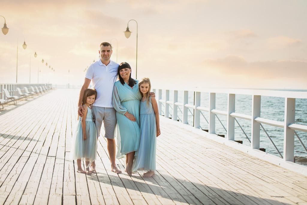 rodzina tuli się sesja rodzinna w Gdyni Orłowie na molo