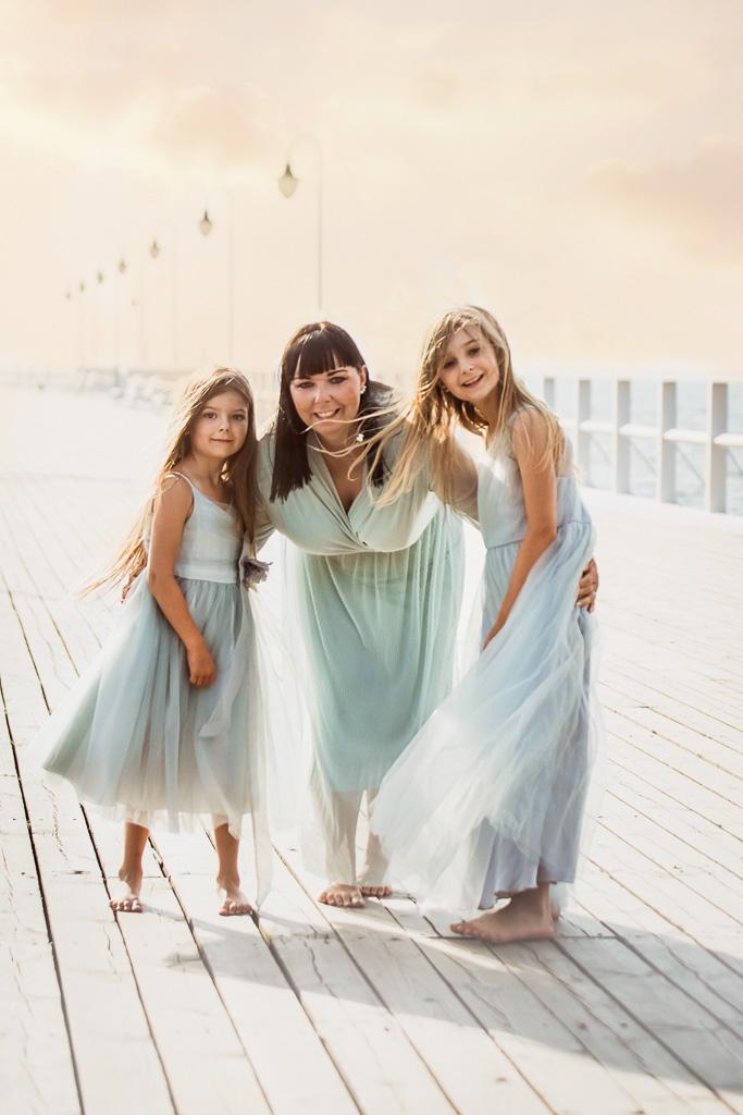 mama i córki na sesji o wschodzie słońca w Orłowie na molo