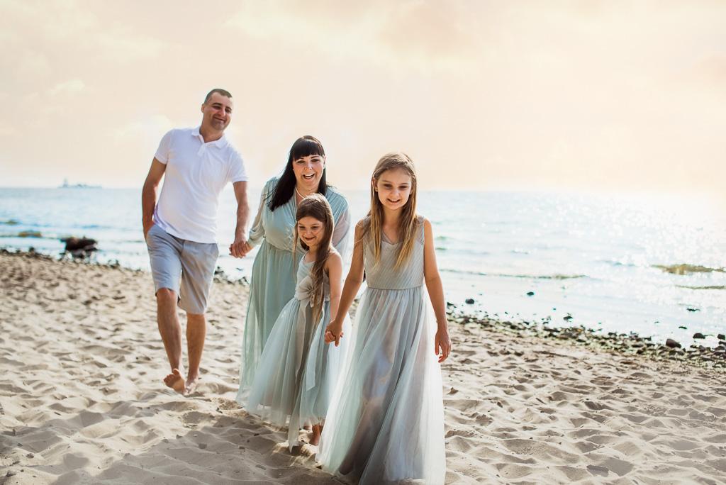 rodzinna sesja w Gdyni na plaży przy klifie