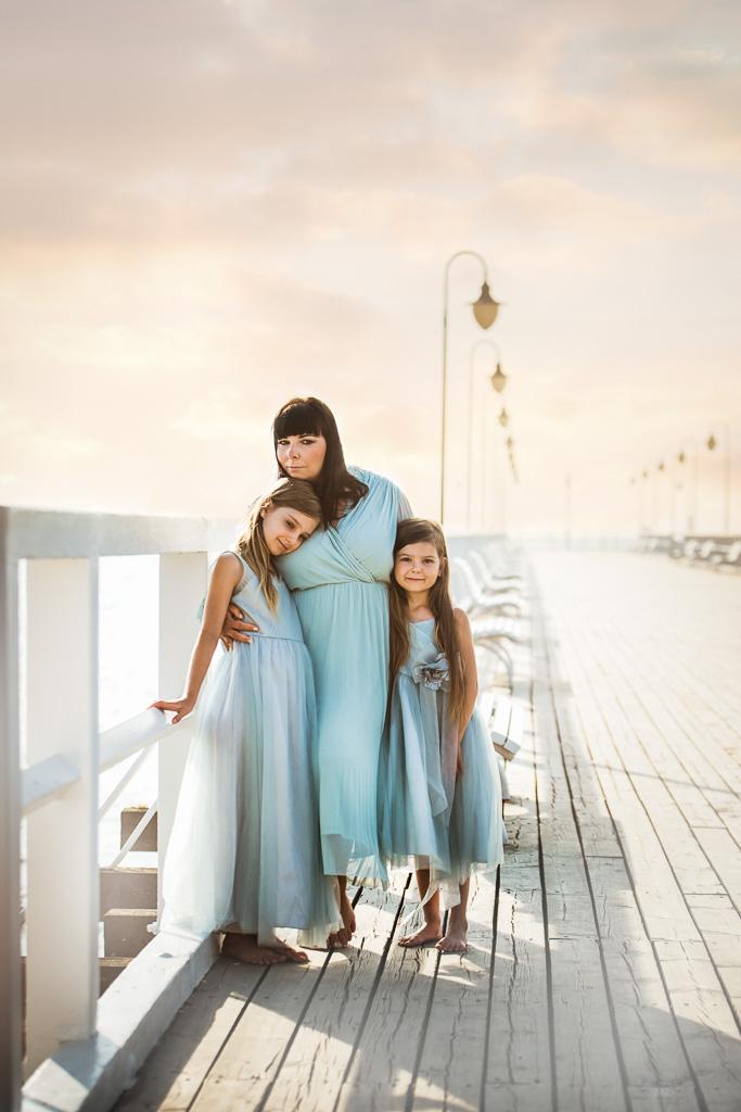 wschód słońca na molo w Gdynki sesja mama i córki