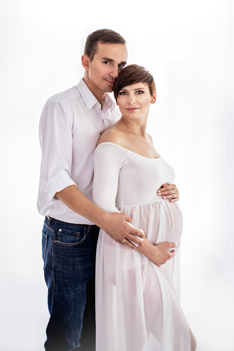 para w oczekiwaniu na dziecko mama w białej sukience sesja ciążowa Trójmiasto