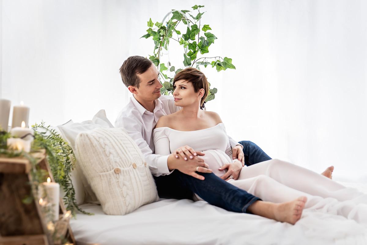 najpiękniejsze zdjęcia ciążowe w bieli studio Trójmiasto