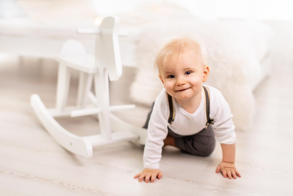 dziecko roczek konik na biegunach artystyczne