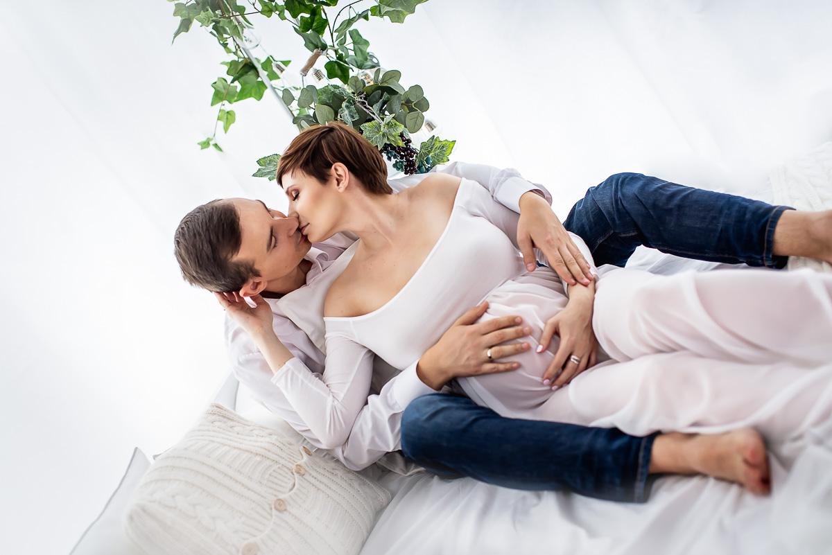przyszli rodzice całują się fotograf rodzinny i ciążowy studio Reda