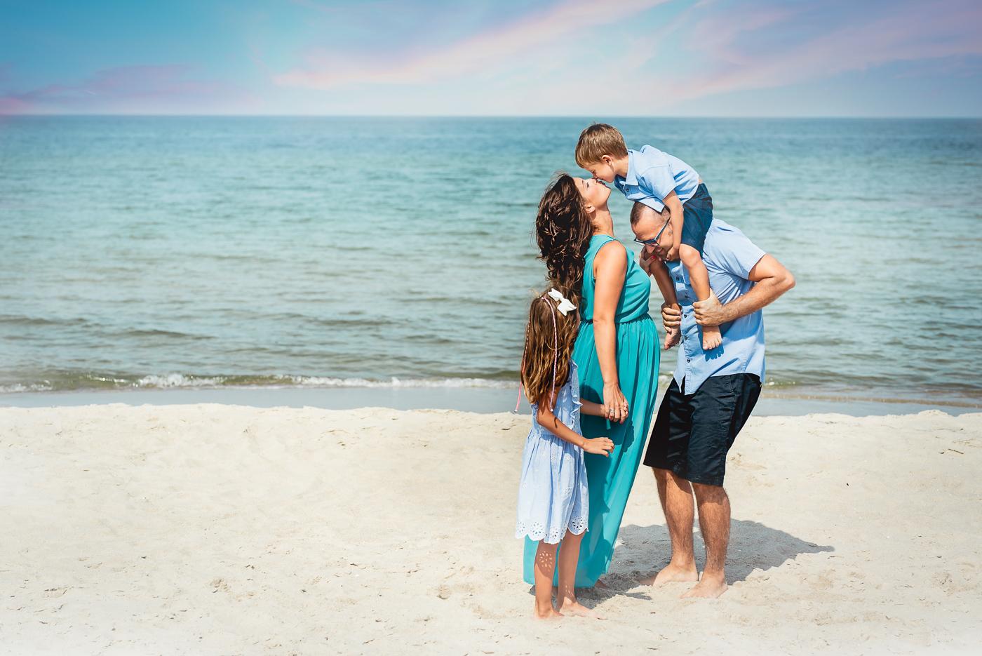 sesja fotograficzna rodzinna na plaży nad brzegiem morza_Fotografia Anita Talaśka