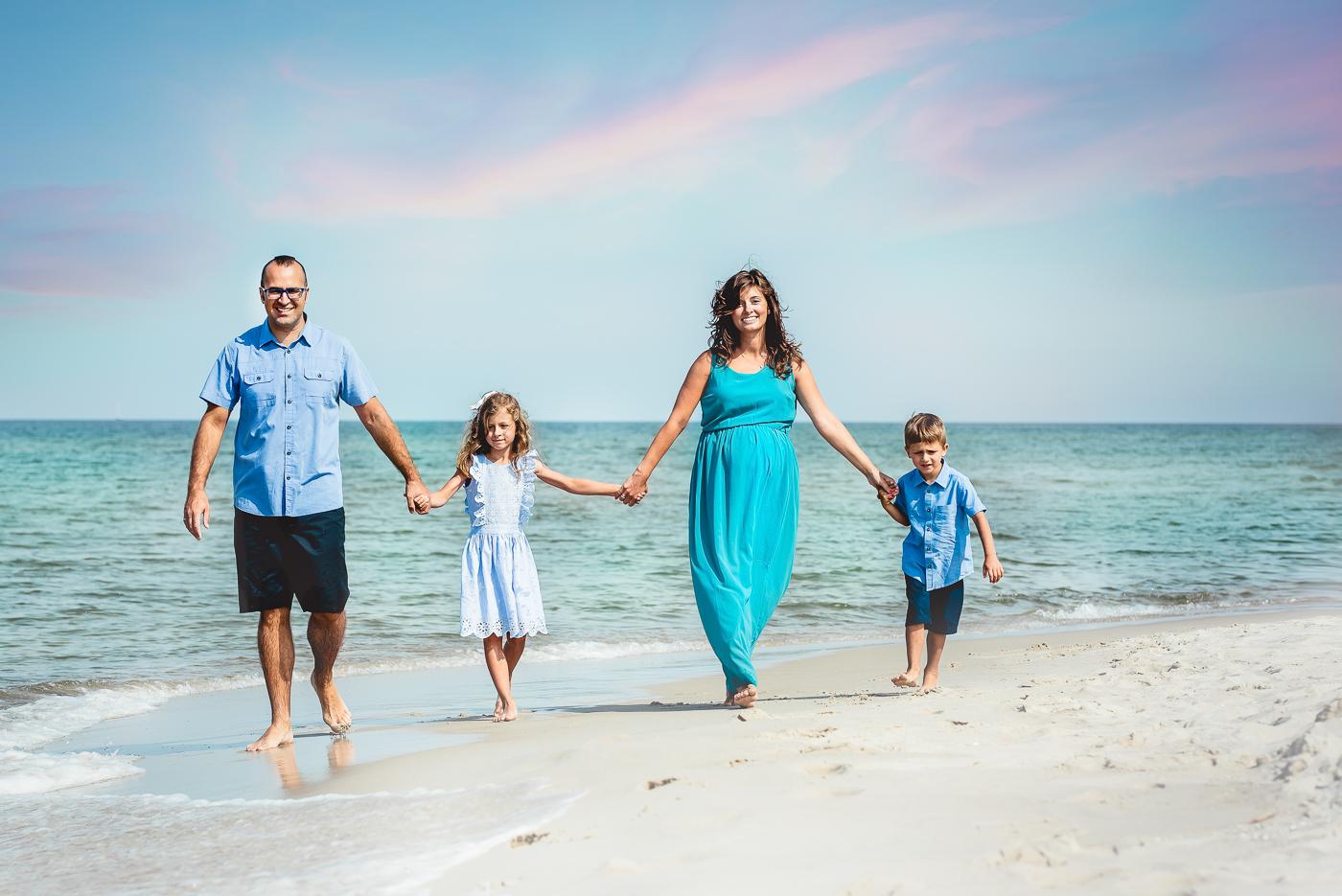 zdjecie rodzinne wszyscy trzymają sie za ręce nad morzem_Gdynia