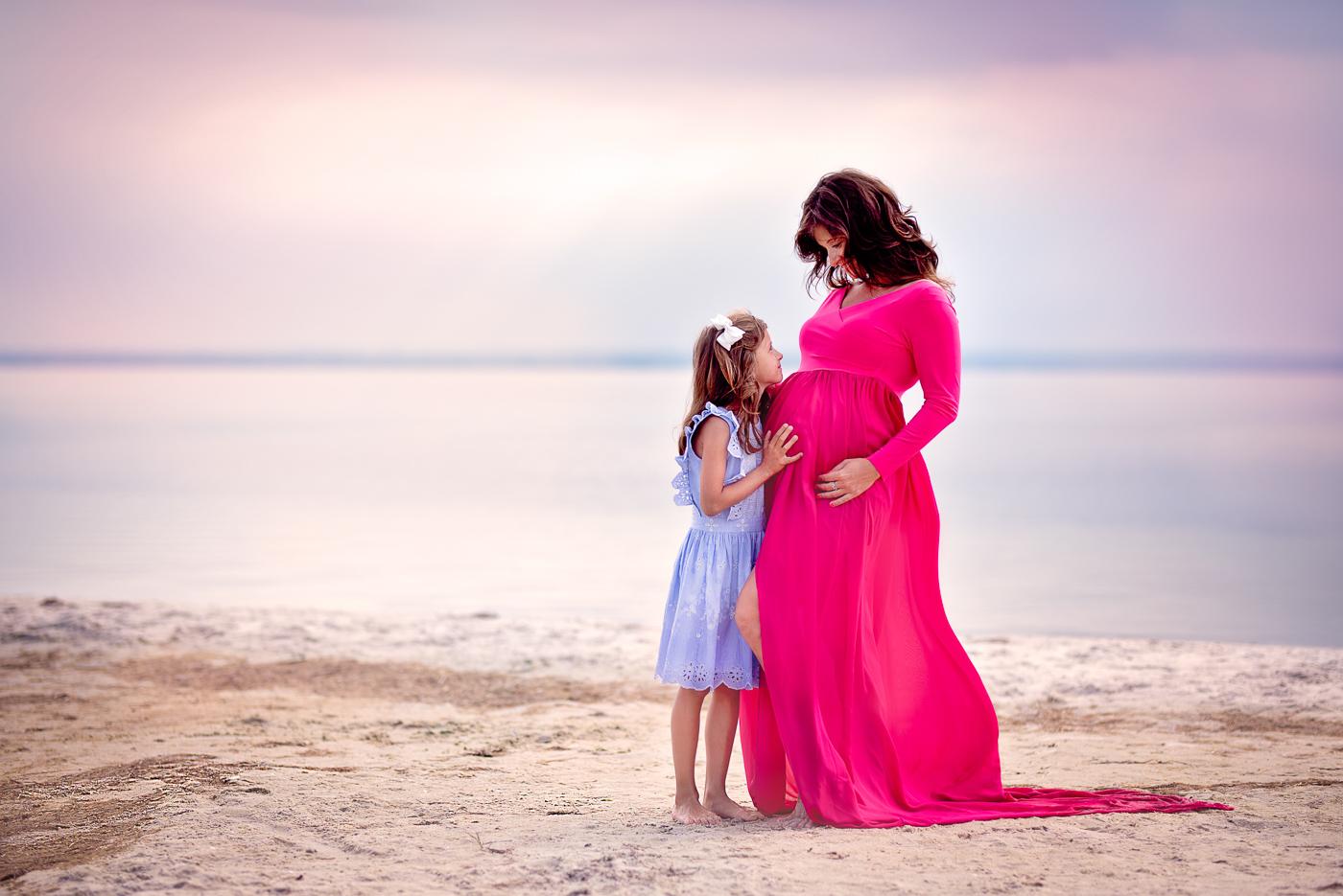 zdjęcie mamy w różowej sukience z córką o zachodzie słońca na plaży nad morzem, różowe niebo_Trójmiasto Anita Talaśka Fotografia