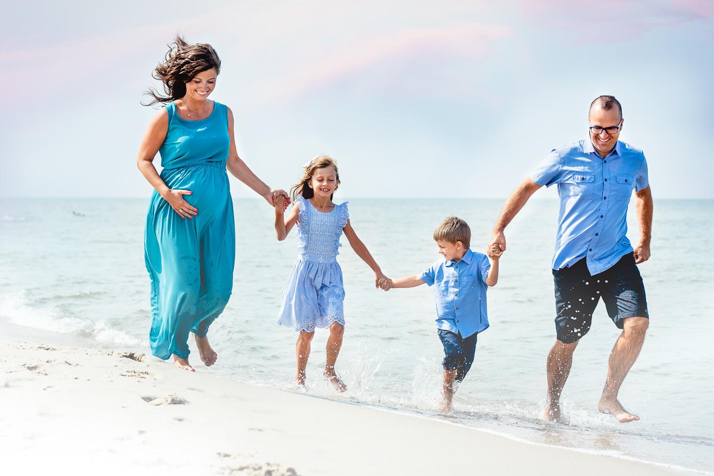 sesja fotograficzna rodzinna na plaży bieg wśród fal na brzegu_Fotografia Anita Talaśka