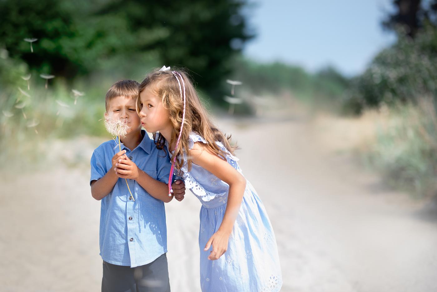 dzieci dmuchają dmuchawca na wietrze_Fotografia Anita Talaśka