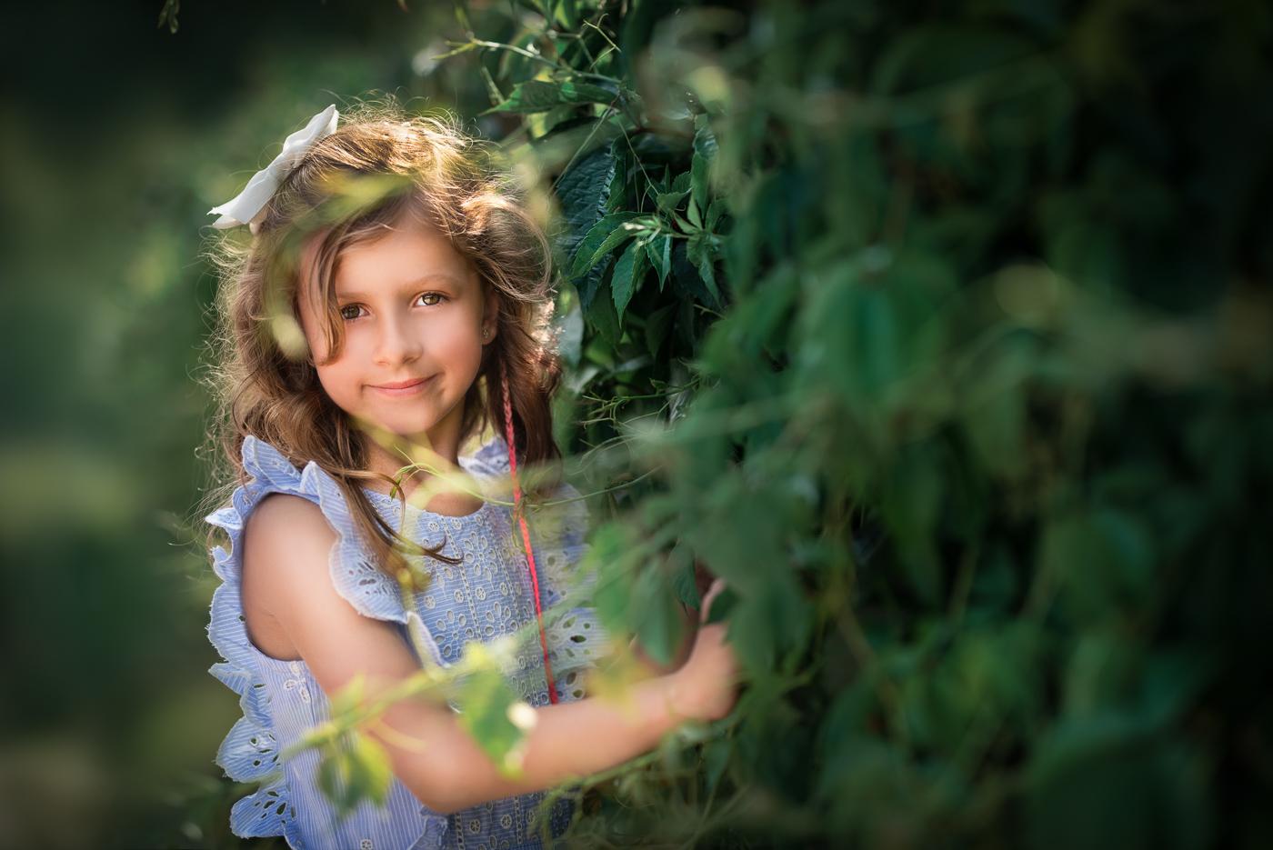 portret dziewczynki wśród liści i zieleni, sesja rodzinna nad morzem i w lesie_Anita Talaśka Fotografia