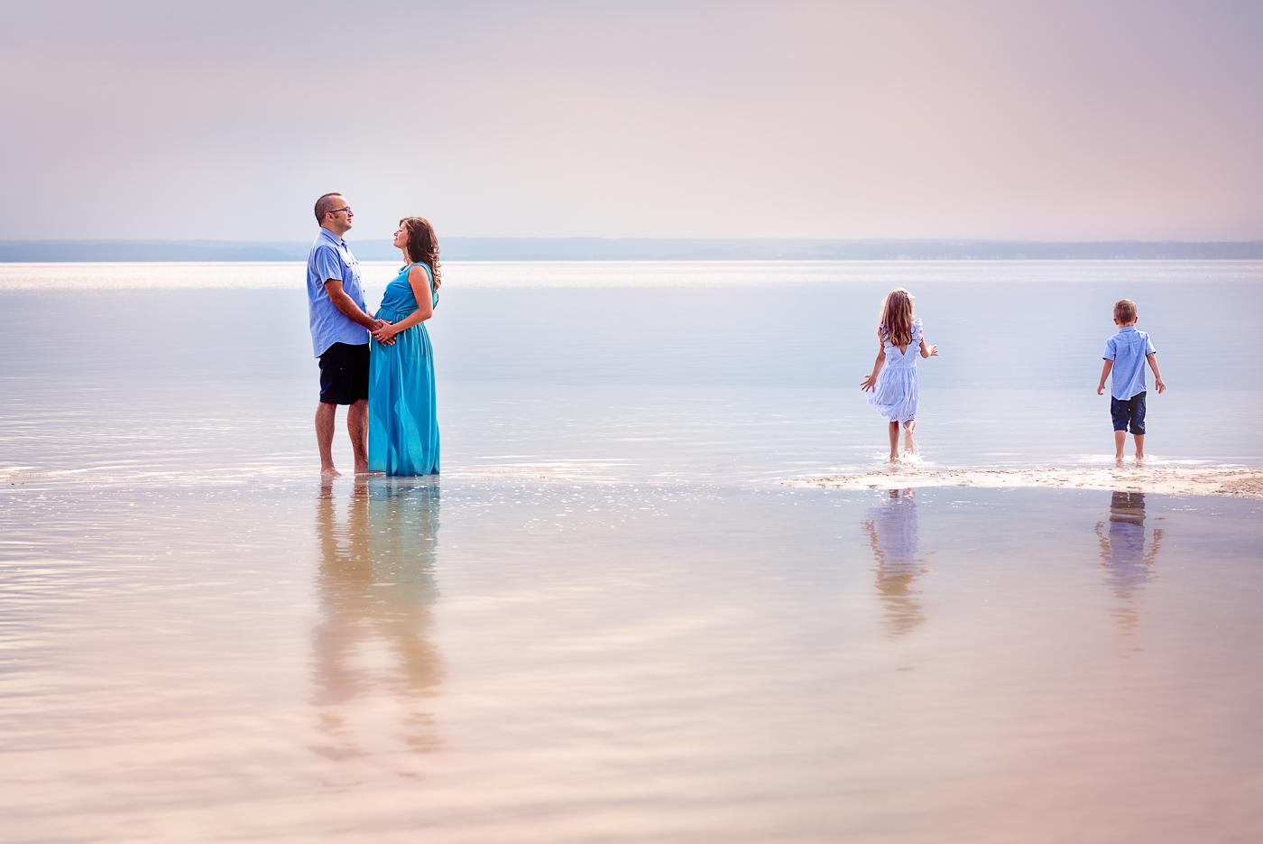 piękne zdjęcie rodzinne sesja zdjęciowa nad morzem o zachodzie słońca_Anita talaśka Fotografia