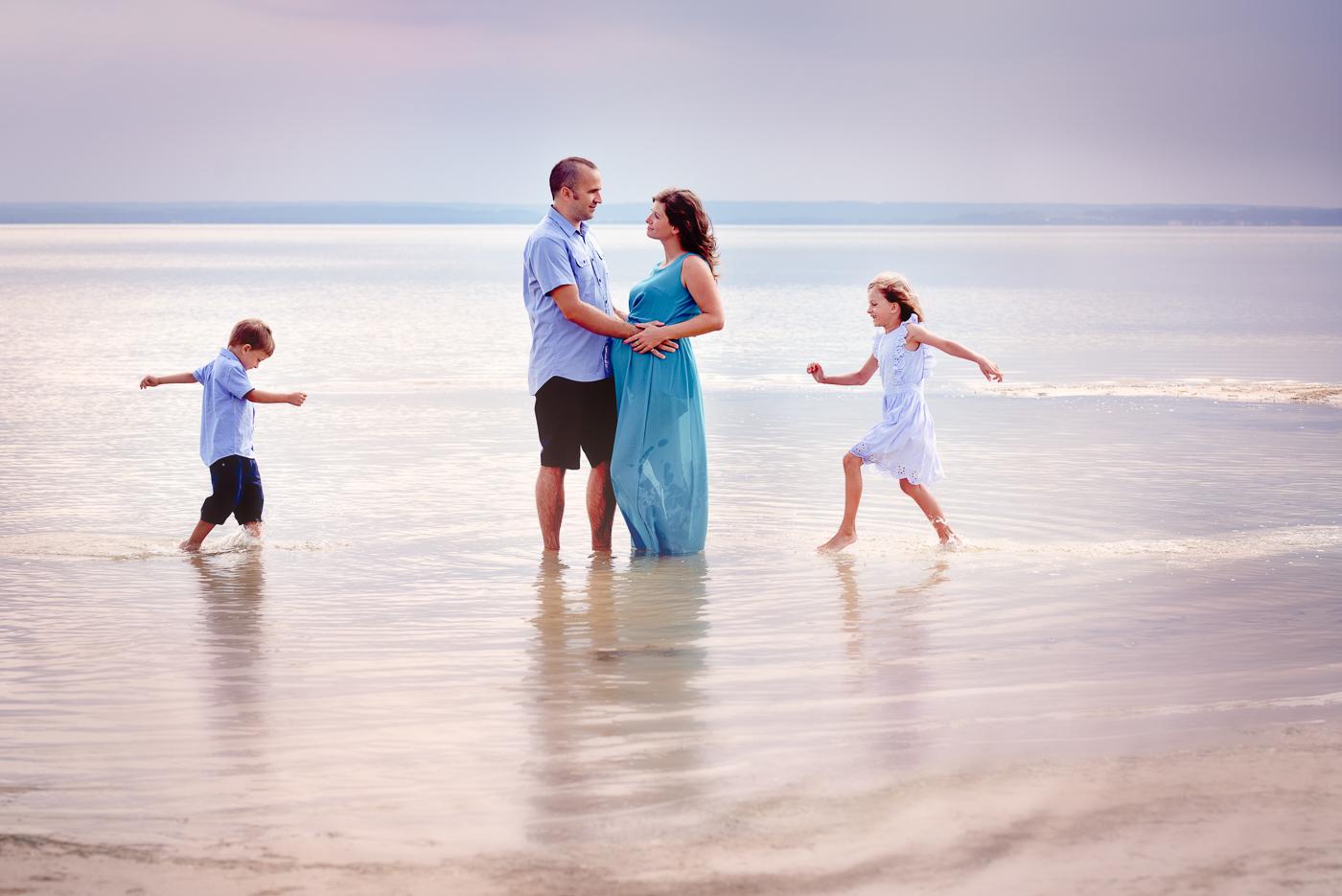 piękne zdjęcie rodzinne sesja nad morzem o zachodzie słońca, dzieci biegają w wodzie Anita talaśka Fotografia