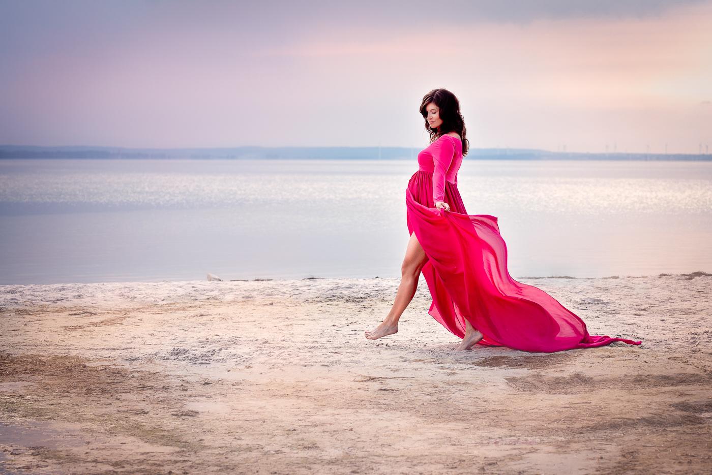 przyszła mama zdjęcie o zachodzie słońca na plaży nad morzem, falująca sukienka_Trójmiasto Anita Talaśka Fotografia