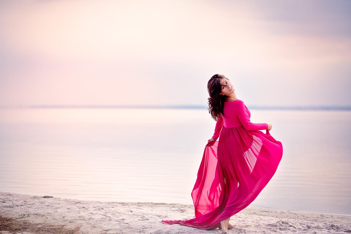 sesja ciążowa w różowej sukience zdjęcie o zachodzie słońca, różowe niebo na plaży nad morzem_Trójmiasto Anita Talaśka Fotografia