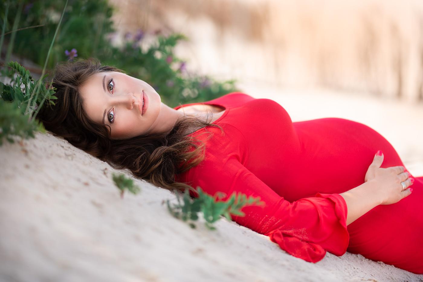 portret brunetki kobiety w ciąży w czerwonej sukience, sesja zdjeciowa trójmiasto