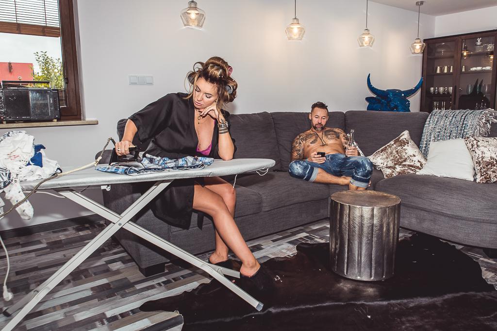 prasowanie sexi mama kura domowa w ciąży sesja zdjeciowa Gdynia