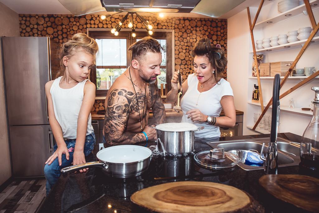 wspólne gotowanie sesja lifestyle naturalna bez pozowania Reda czarny blat kuchenny