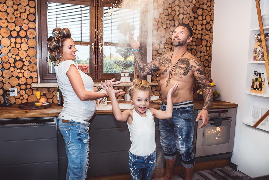 jak ubrać się na sesję zdjęciową jeansy i białe koszulki wspólne gotowanie fotograf Trójmiasto kuchnia w drewnie