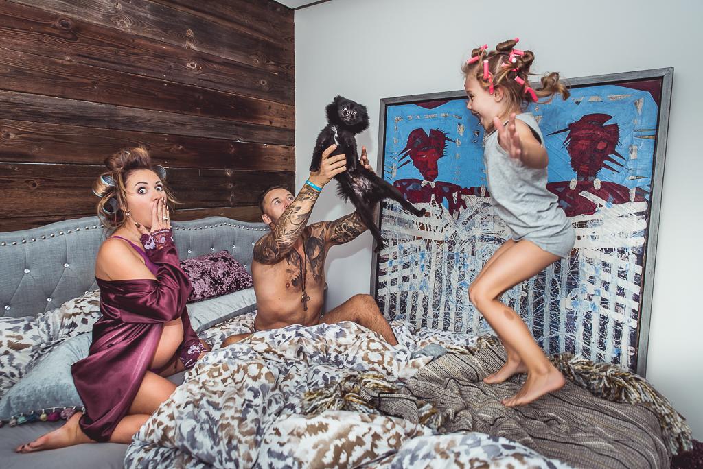 dzieci skaczą na łóżku pies pomeranian czarny fioletowy szlafrok seksowny
