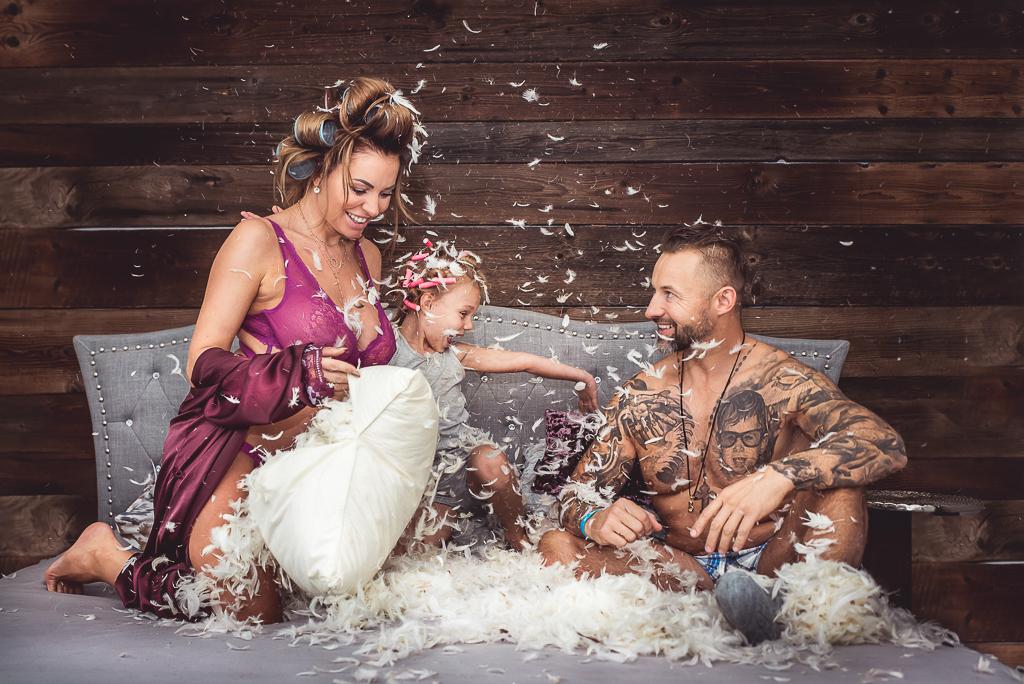 inna sesja fotograficzna lifestyle zabawa z rodziną pióra z poduszki seksowna żona