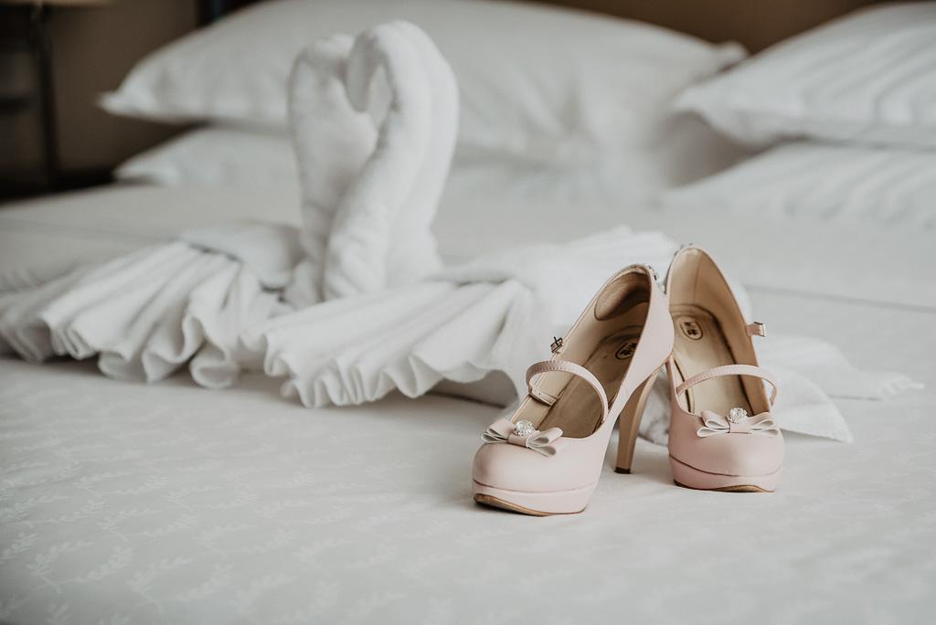 buty do ślubu panna młoda różowe z cekinami