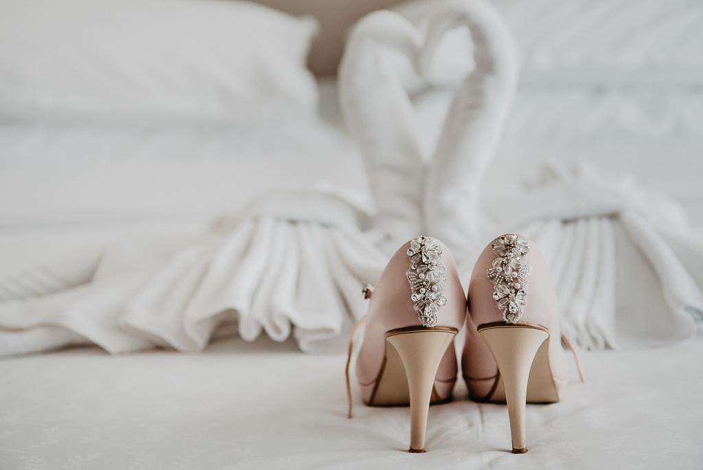 buty ślubne dla panny młodej jasny pastelowy róż z cekinami