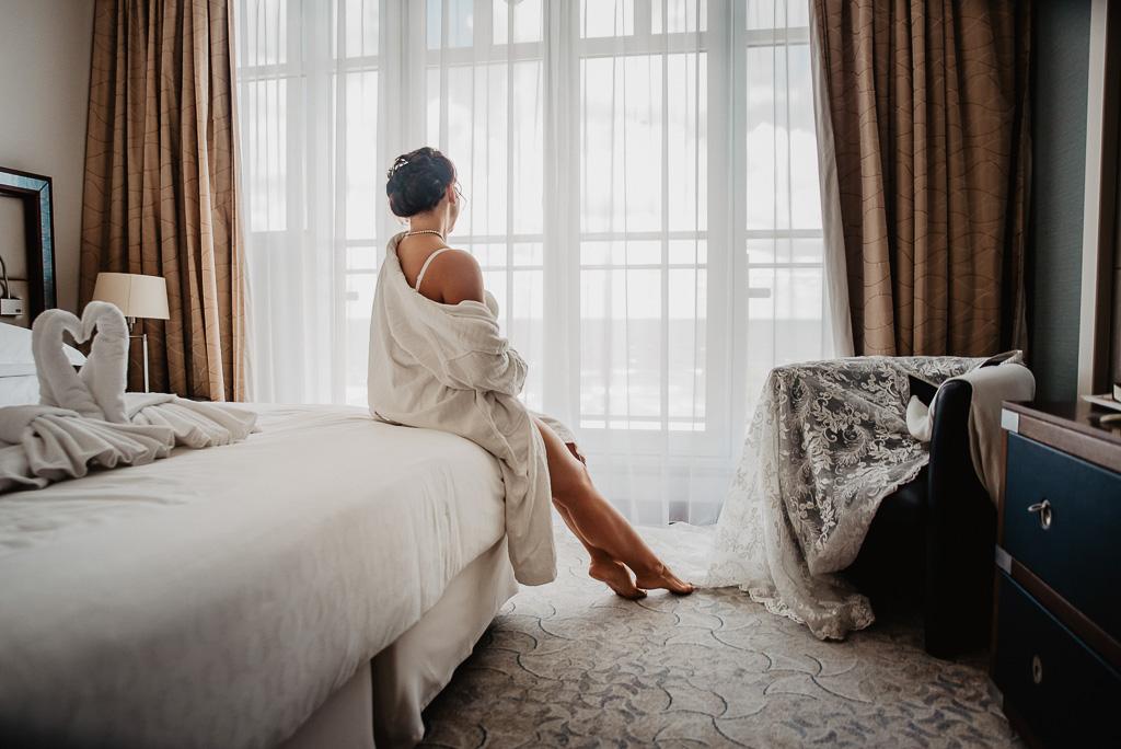 zdjecia panny młodej przed ślubem w pokoju hotelowym