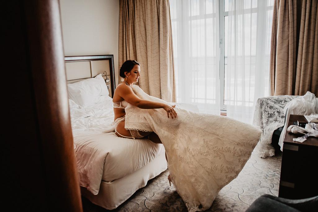 panna młoda ubiera suknię ślubną hotel sheraton Sopot