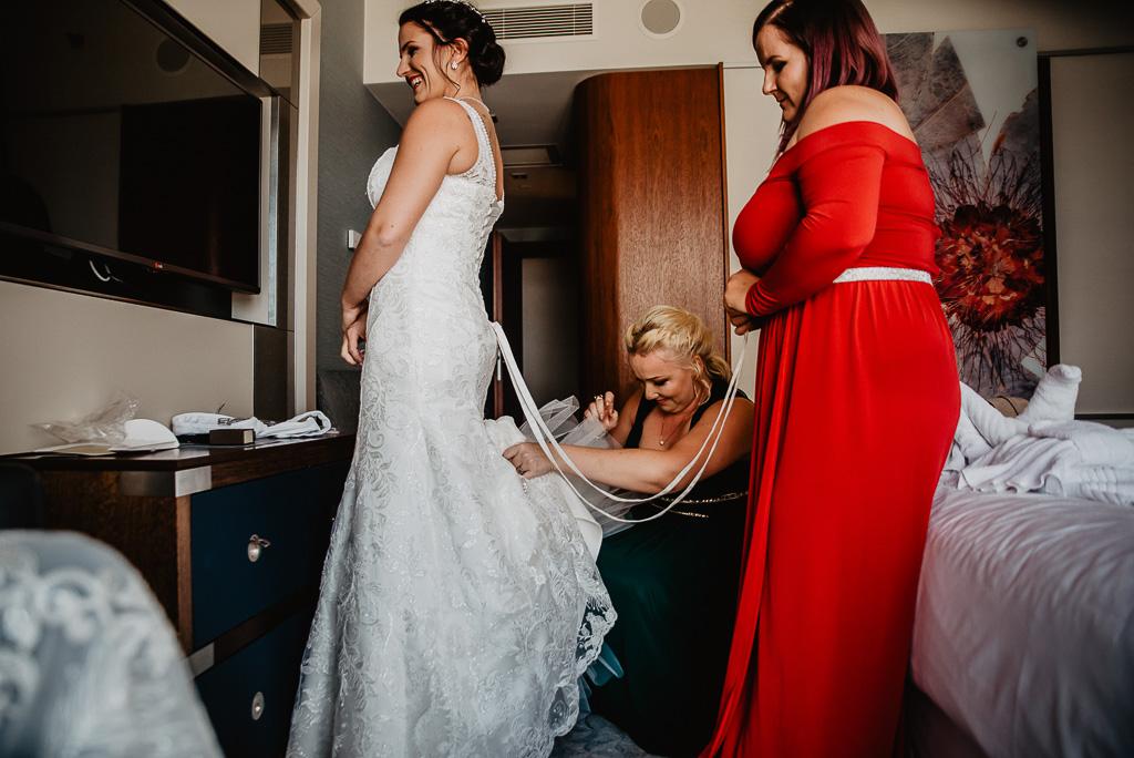 ubieranie sukienki na ślub druhny