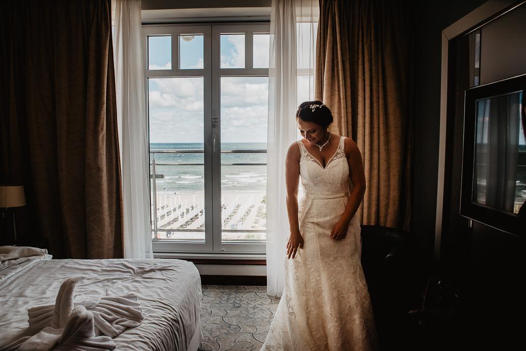 przygotowania panny młodej widok na morze fotograf ślubny