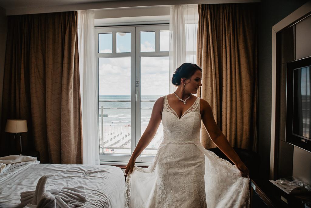 przygotowania panny młodej widok na morze z hotelu Sheraton Sopot fotograf ślubny