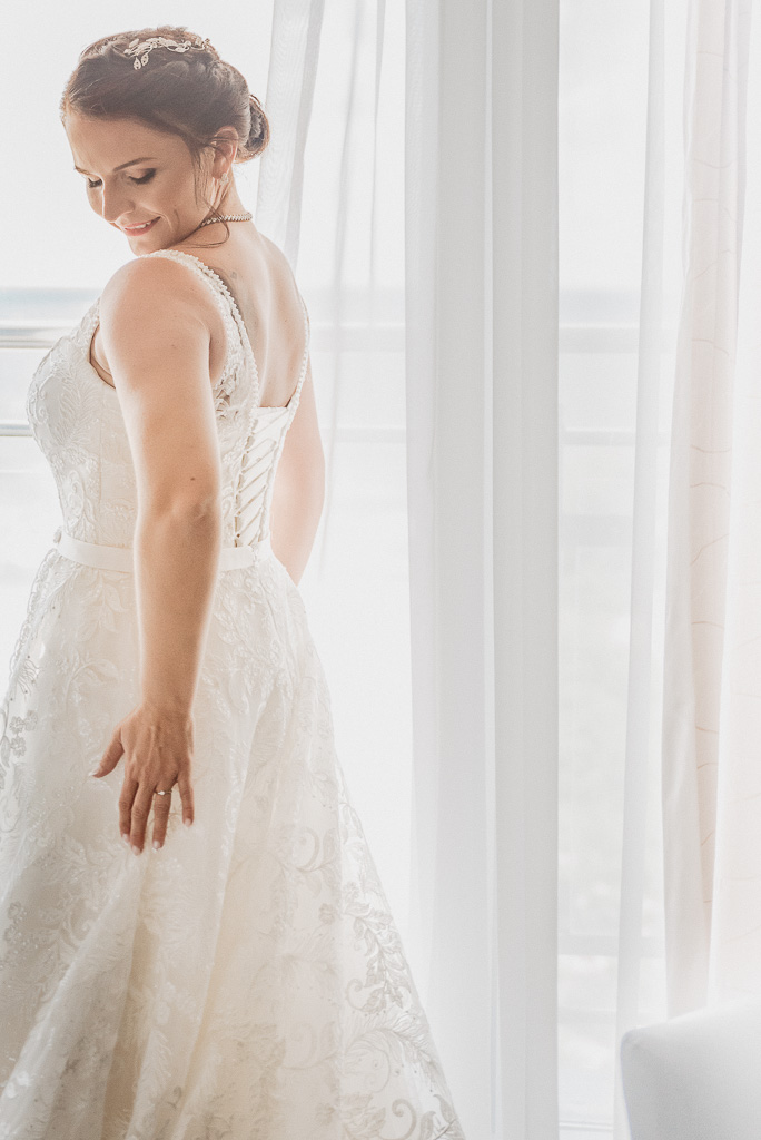 panna młoda w sukni ślubnej s trenem 2019 2010
